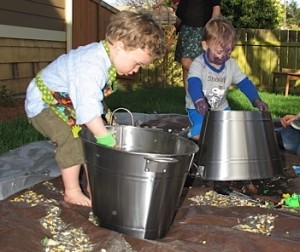 sensory tub 5 300x252 DailyBuzz Moms 9x9 :: Earth {A Play Date}